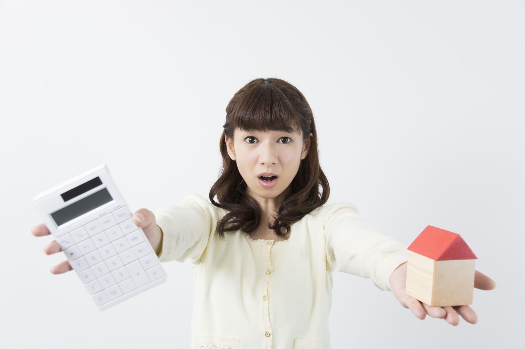 家電の電気代を計算する女性